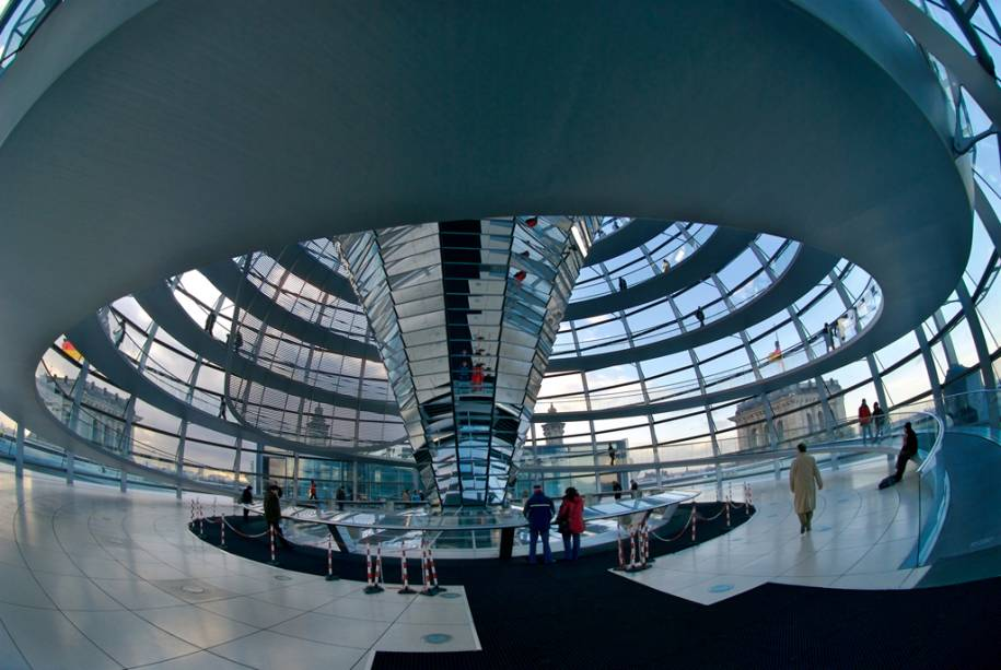A cúpula de vidro do Reichstag, agora a sede do Bundestag alemão