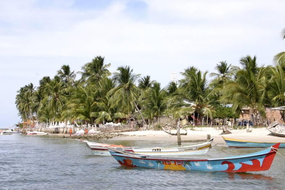 Na Praia de Mangue Seco existem cabanas rústicas e tranquilas que garantem sossego e sossego.