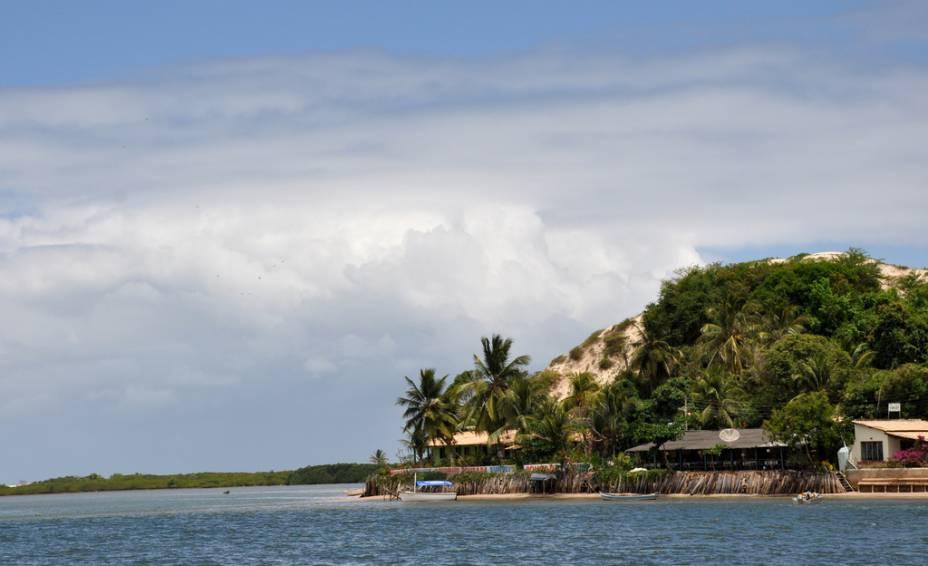 Perto da foz do Rio Real, a vila tem uma praia de água doce de um lado e ondas do mar do outro.
