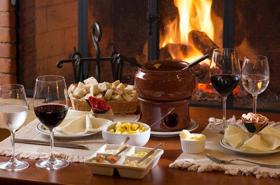 Mesa de fondue na Pousada Mirante da Colyna: prato de culto nos hotéis e restaurantes da região