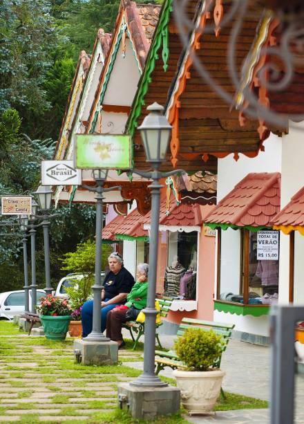 Galerias repletas de lojas de artesanato atraem turistas à Avenida Monte Verde, a mais movimentada do bairro