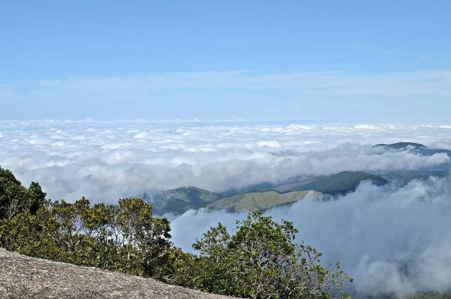 Vista do alto da Pedra Redonda, um dos cartões-postais da região, a 1930 metros acima do nível do mar
