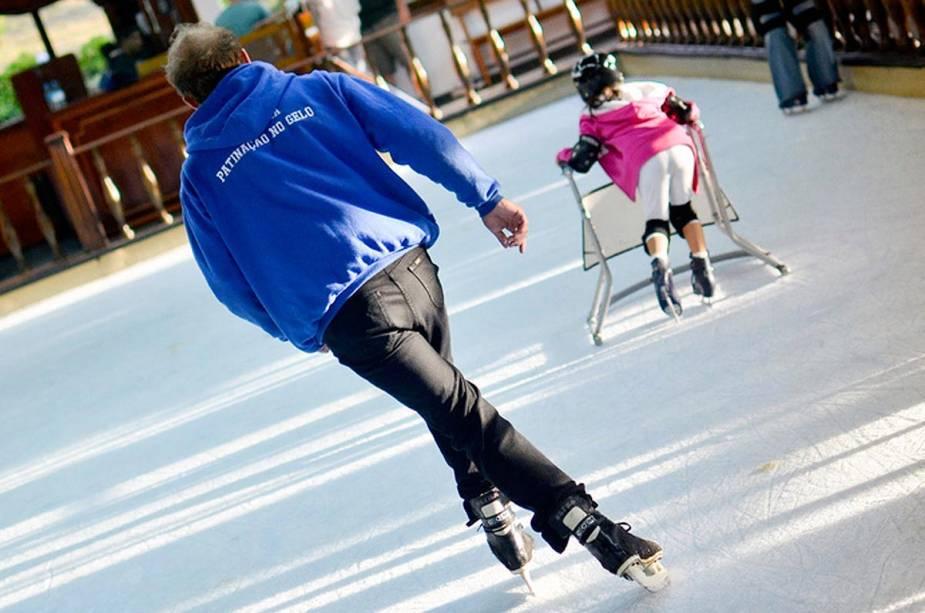 Não há neve em Monte Verde, mas uma pista de gelo mantém os jovens e os mais velhos