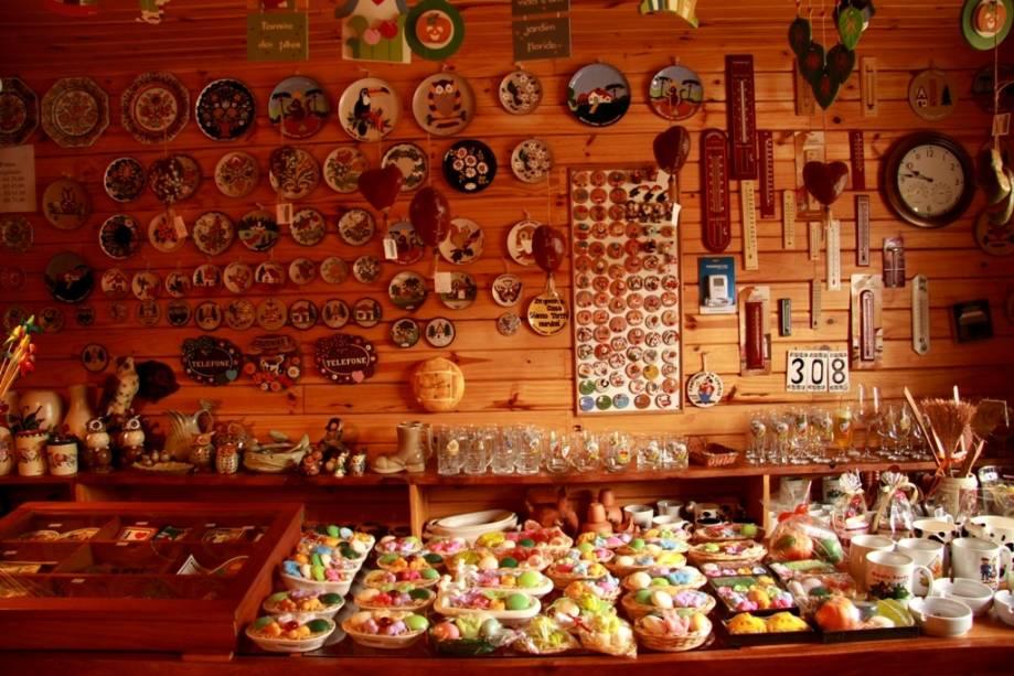 Lojas de artesanato em casas de madeira são comuns aqui
