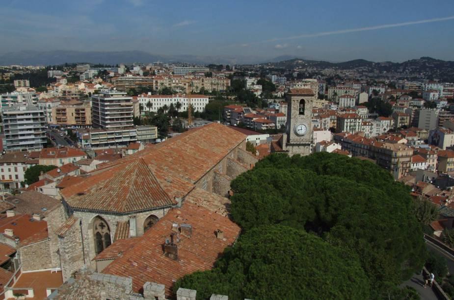 O centro histórico de Cannes, Le Suquet, está rodeado por um castelo medieval.  Tudo na região cai