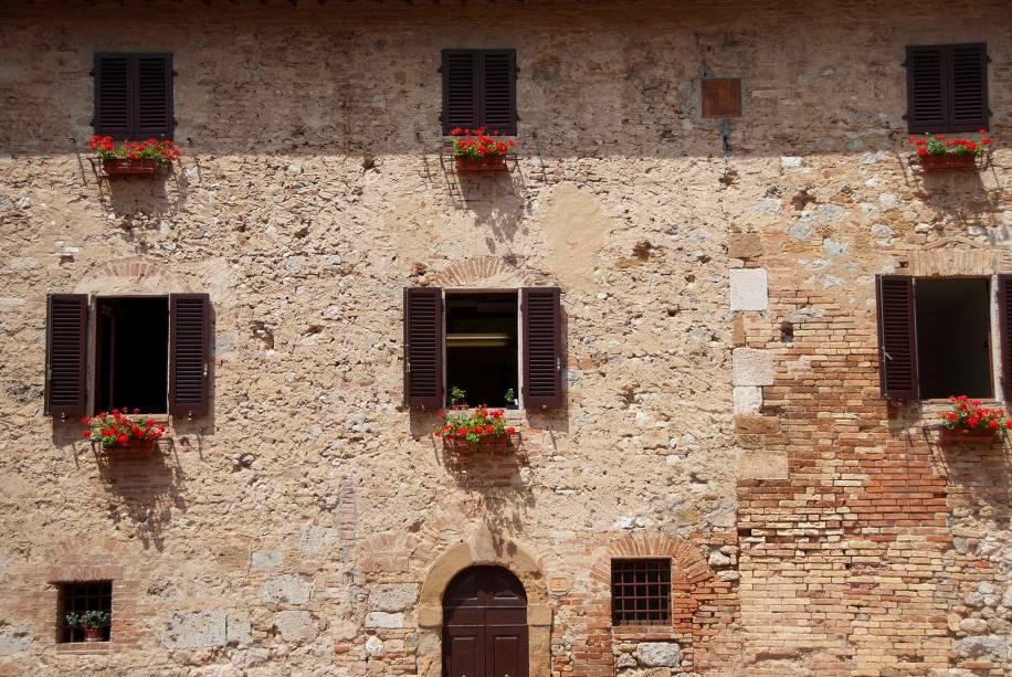 O conjunto arquitetônico medieval, restaurado desde o século XIX, é um ambiente impecável para os visitantes que passam pelos cafés, lojas e restaurantes das vielas.