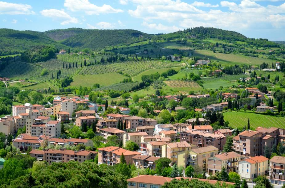 Vista da região vinícola de San Gimignano;  Das torres que foram construídas, há apenas cerca de um quinto das mais de setenta construídas por famílias rivais - de onde as belezas da Toscana podem ser vistas