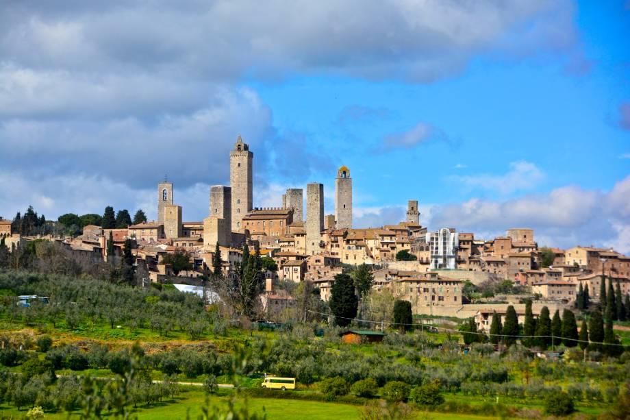 """A aldeia de San Giminiano foi construída sobre uma colina de 334 metros de altura com vistas deslumbrantes sobre o Val d'Elsa desde o século 10 e é uma das joias da Toscana no""""http://viajeaqui.abril.com.br/paises/italia"""" rel =""""Itália"""" Objetivo =""""_vazio""""> Itália""""http://viajeaqui.abril.com.br/materias/fotos-de-toscana-italia-sol-de-verao"""" rel =""""+ Um vinho, passeio histórico e artístico pela Toscana, Itália"""" Objetivo =""""_vazio""""> + Um tour de vinho, história e arte pela Toscana, Itália""""http://viajeaqui.abril.com.br/materias/fotos-de-vilas-medievais-da-italia"""" rel =""""+ As 15 aldeias medievais mais fascinantes (e pequenas) da Itália"""" Objetivo =""""_vazio""""> + As 15 aldeias medievais mais fascinantes (e pequenas) da Itália"""" class=""""lazyload"""" data-pin-nopin=""""true""""/></div> <p class="""