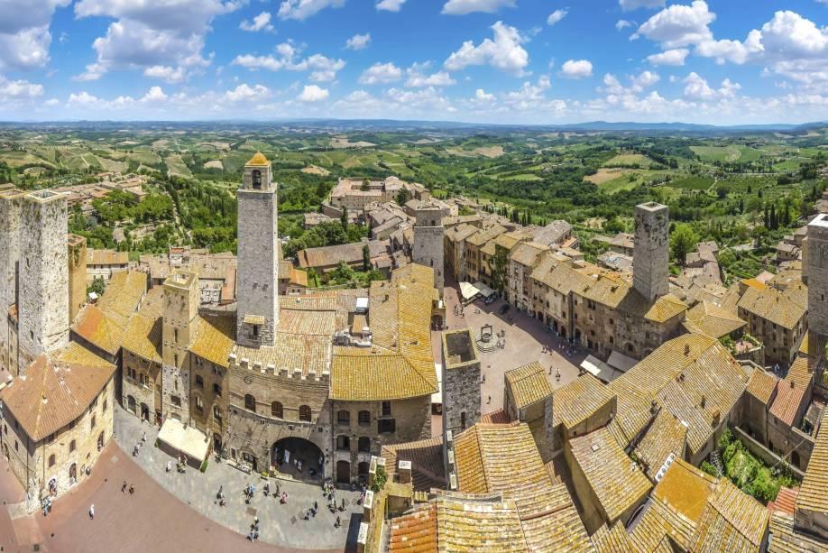 Uma das atrações mais encantadoras de San Gimignano é a triangular Piazza della Cisterna, cercada por casas e torres medievais
