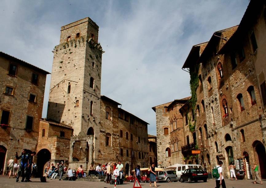 O conjunto arquitetônico medieval de San Gimignano, restaurado a partir do século 19, serve como pano de fundo imaculado para os visitantes que passam pelos cafés, lojas e restaurantes de seus becos.