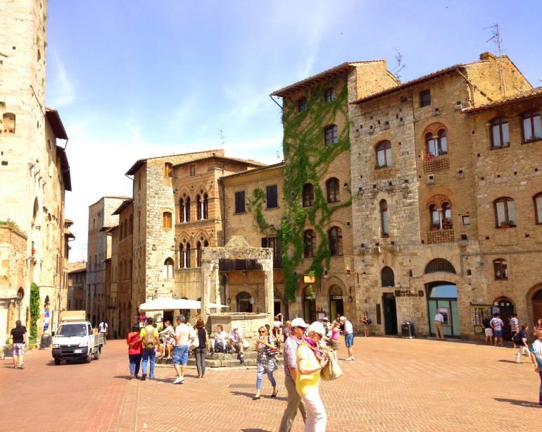 A cisterna no centro da praça triangular foi construída em 1287. Naquela época, a praça era usada como mercado ao ar livre.