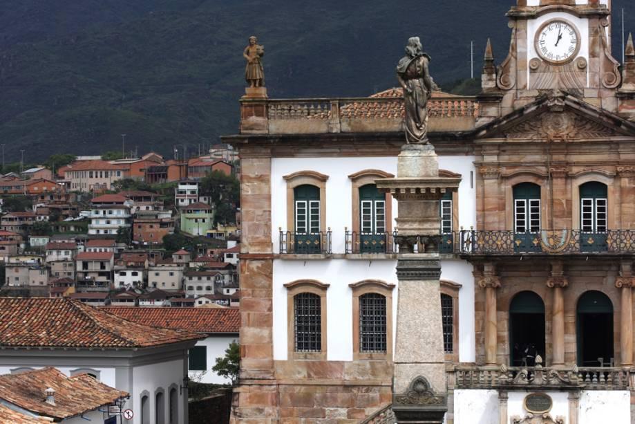 Estátua de Joaquim José da Silva Xavier, Tiradentes, em cima do monumento na praça Tiradentes e ao fundo a fachada do museu da Inconfidência