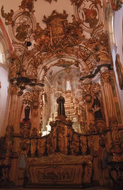 O altar da Igreja de São Francisco de Assis é totalmente revestido de ouro