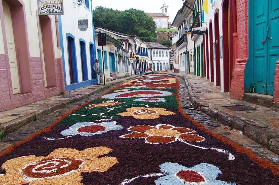 """A Rua de Ouro Preto é coberta com o tradicional carpete de serragem usado para a procissão da ressurreição durante o""""http://viajeaqui.abril.com.br/estabelecimentos/br-mg-ouro-preto-atracao-semana-santa"""" rel =""""semana da Páscoa"""" Objetivo =""""_vazio""""><noscript><img data- src="""