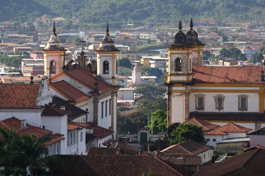 Torres das igrejas de São Francisco de Assis (à direita) e Nossa Senhora do Carmo na Praça Minas Gerais, Ouro Preto