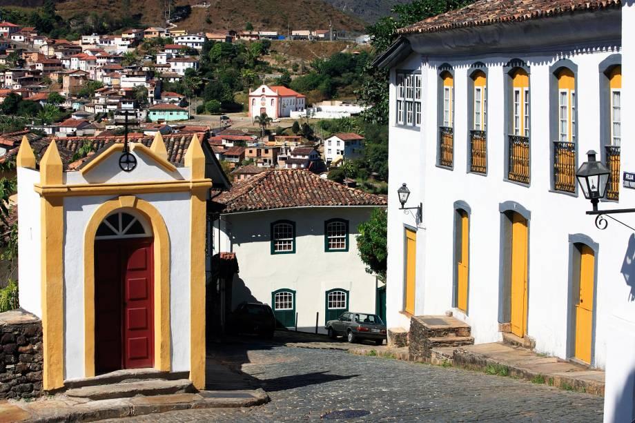 Ouro Preto foi fundada no final do século 17 e declarada Patrimônio da Humanidade pela Unesco.  Preserva um dos mais belos complexos arquitetônicos do país com vilas, igrejas e palácios construídos durante o ciclo do ouro.