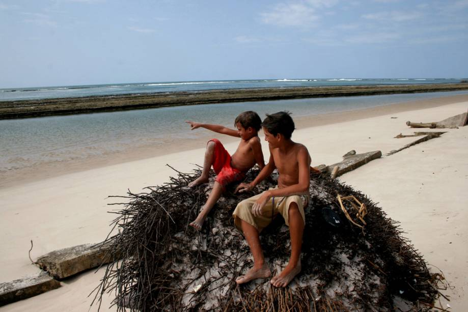A Praia Saco da Pedra é mais deserta do que a vizinha Praia do Francês.  Há três maneiras de chegar lá: a pé, de carro ou de barco, mas para chegar a pé da Praia do Francês a maré deve estar baixa