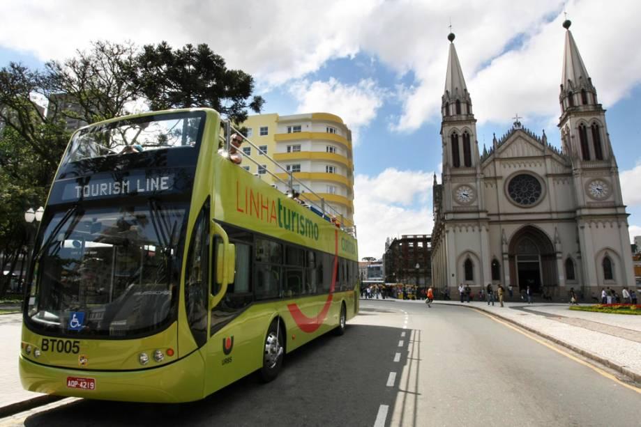 Os turistas experimentam as principais atrações de Curitiba em um ônibus aberto chamado Linha Turismo
