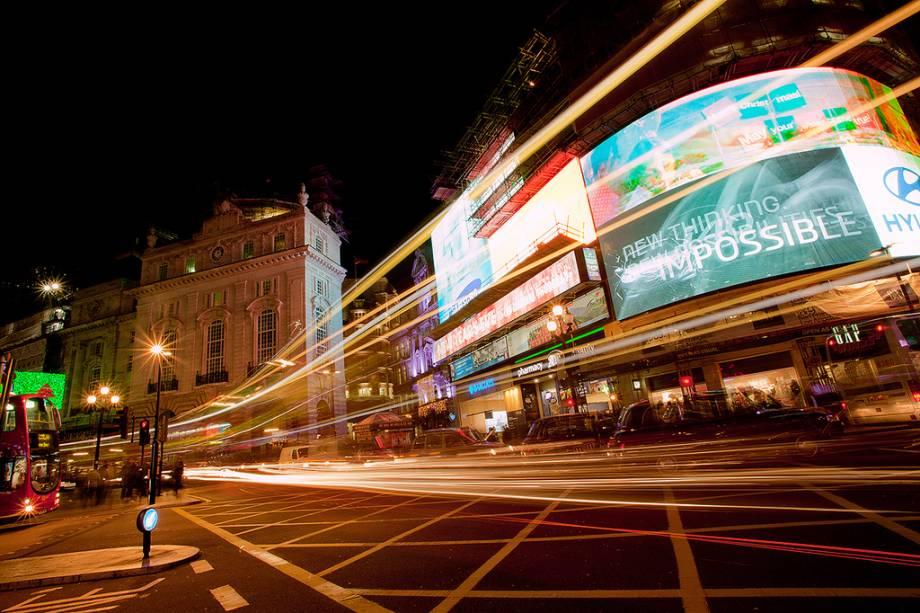 Os letreiros de neon do Picadilly Circus e dos teatros ao redor são um dos maiores símbolos iconográficos de Londres