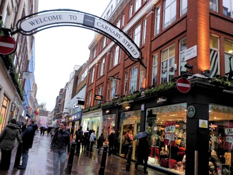 Carnaby Street é uma das lojas mais importantes de Londres.  Várias empresas ditaram moda e fantasias nas últimas décadas