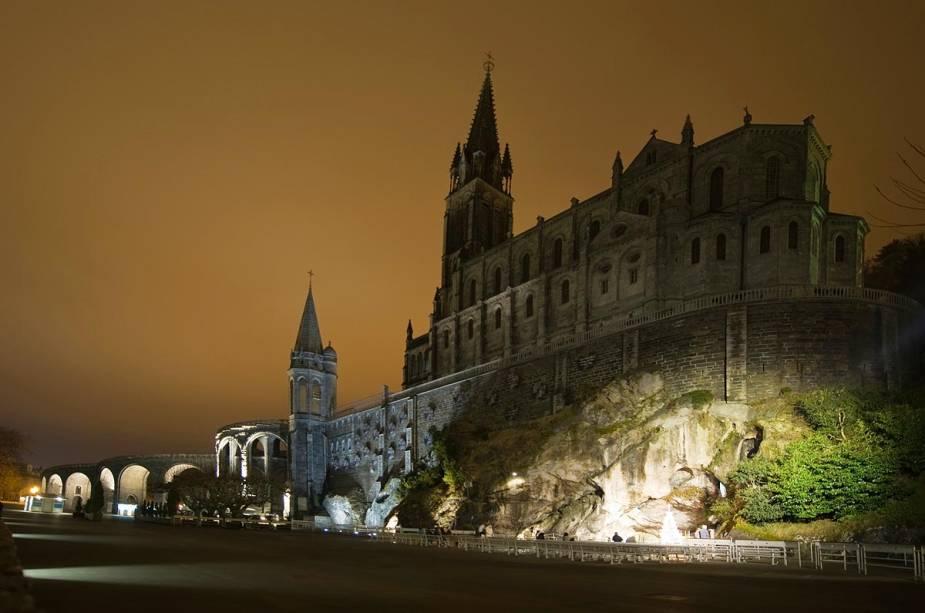 Vista lateral da Basílica do Rosário construída sobre a gruta iluminada