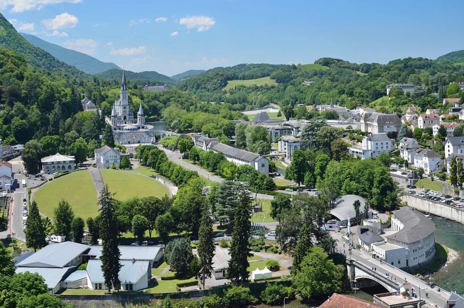 Vista geral do santuário de Lourdes, França, durante o verão europeu