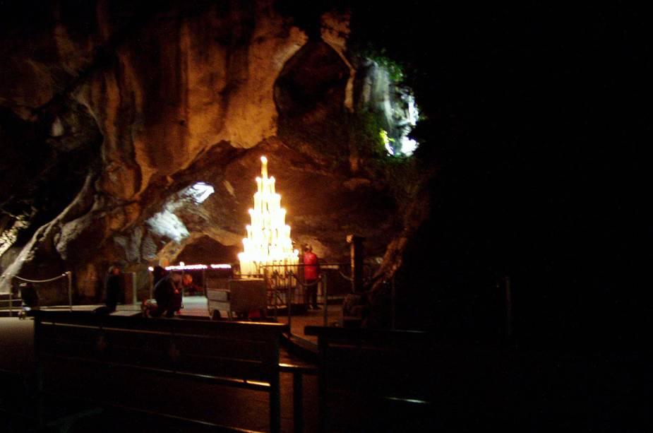 As missas são celebradas na gruta, onde Bernadette teve visões.  O local é o principal local de peregrinação da cidade