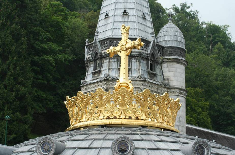 Detalhe da cúpula da Basílica do Rosário em Lourdes, França