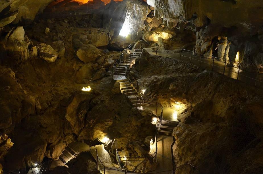 Além da caverna santuário, existem algumas cavernas espetaculares na área de Lourdes - Bétharram, no sudoeste da cidade, pode ser visitada de abril a outubro