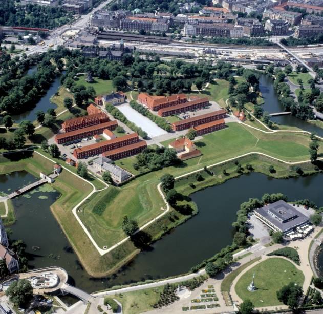 Kastellet, a cidadela fortificada de Copenhague, ainda tem funções militares hoje, mas grande parte de sua área é agora um parque público.