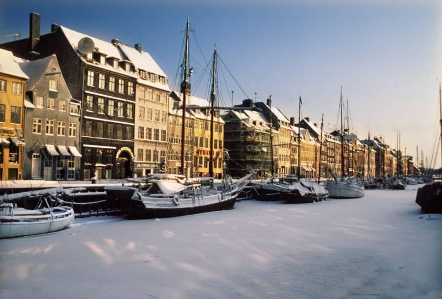 O cais histórico em Nyhavn, Dinamarca, já foi um marinheiro bêbado e um lar de classe baixa.  Hoje é uma das principais atrações de Copenhague com seus bares, restaurantes e lojas.