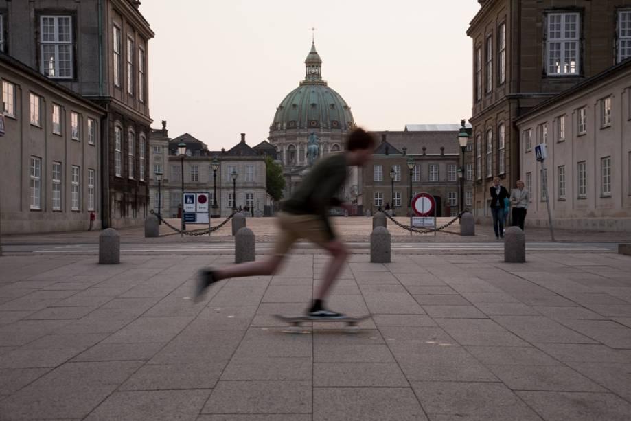 Skatistas em frente ao Palácio de Amalienborg, residência de inverno da família real dinamarquesa