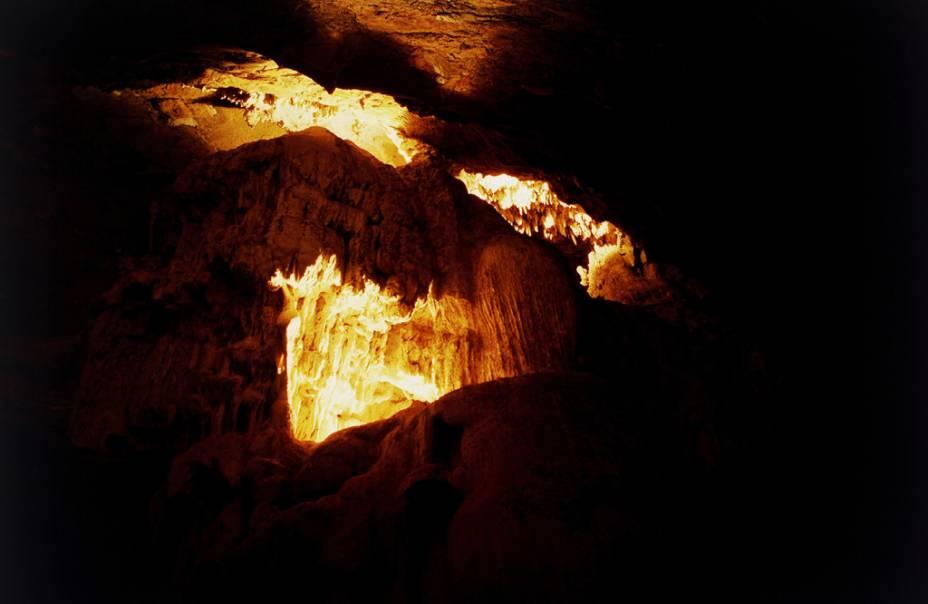 A caverna Maquiné está aberta desde 1908 e possui sete galerias com 650m de extensão e umidade relativa de 80%.