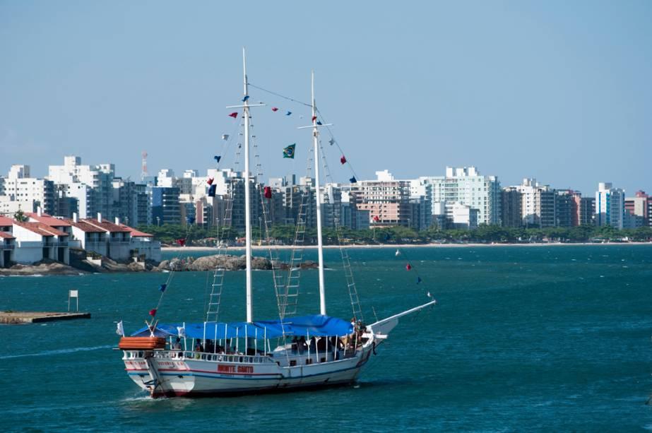 As viagens de Gulet levam em três rotas à Praia de Setiba, que leva a Três Ilhas e às praias centrais