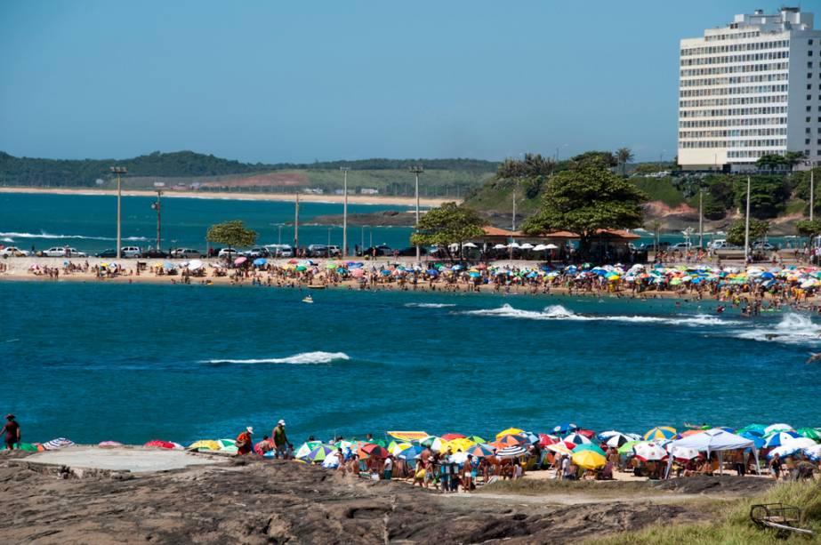 A Praia dos Namorados é um pequeno trecho entre pedras com piscinas naturais e no verão fica cheia de jovens.