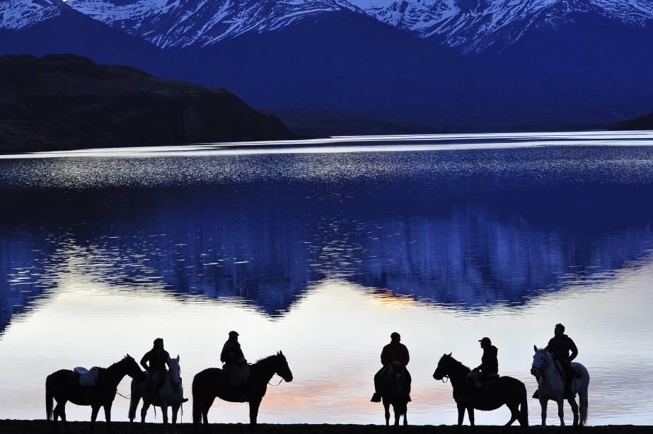 Passeios a cavalo na lagoa Sofia, Patagônia Chilena