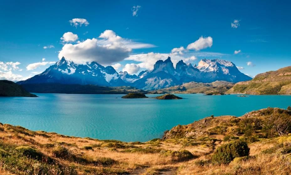 """Duas das caminhadas mais clássicas em Torres del Paine são as """"C."""", entre vales e montanhas, e o """"OU""""que circunda todo o maciço.  Apesar do clima severo e imprevisível da região, quando os dias começam com céu azul, as paisagens reafirmam o título oficioso de o mais belo parque do Chile."""