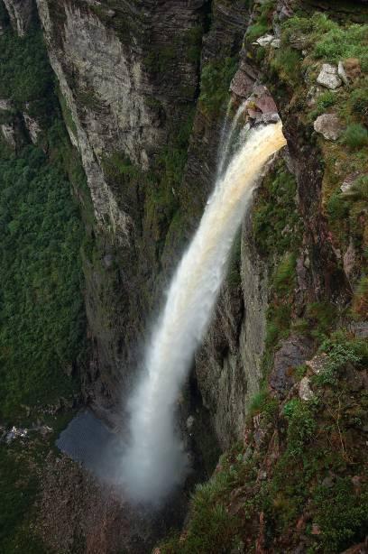 Cachoeira da Fumaça, no vale do Capão.  Para ser recompensado pela beleza cênica, você deve enfrentar uma caminhada de duas horas por um terreno íngreme