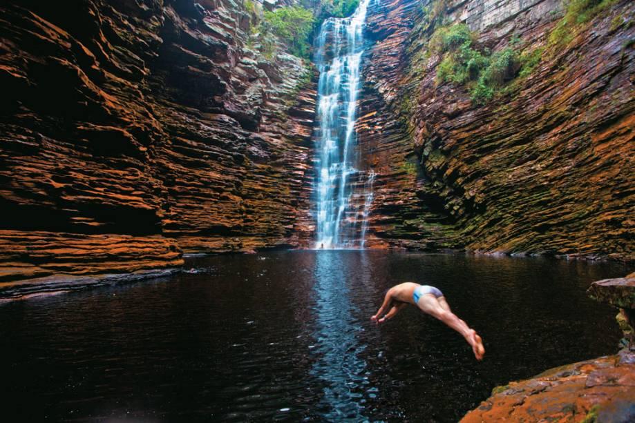 Cachoeira do Buracão em Ibicoara onde é preciso passar por passagens estreitas e nadar para chegar mais perto da cachoeira