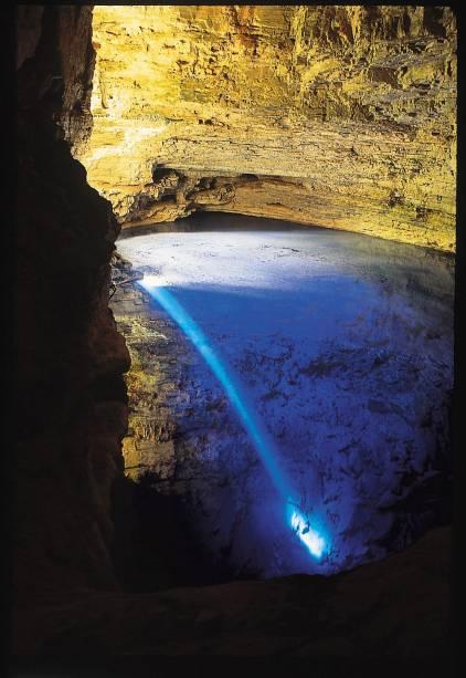 A água transparente da fonte encantada fica azul quando o sol se põe de uma fenda