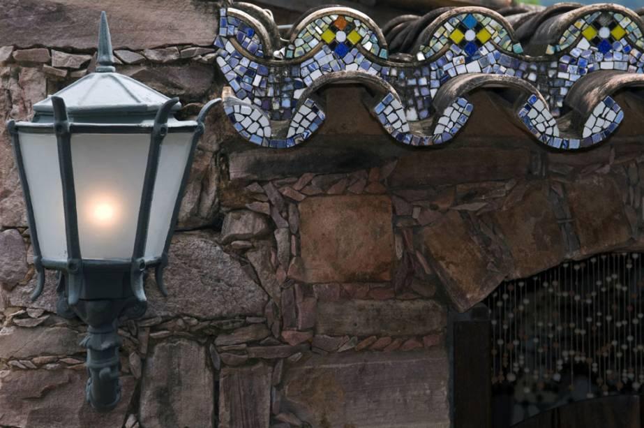 Detalhe da decoração Alcino Estalagem e Atelier.  O dono da pousada fabrica pratos de cerâmica e tintas, vitrines e ladrilhos