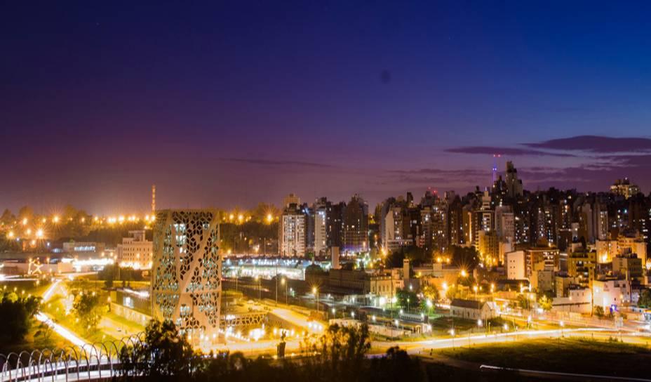 Córdoba é a segunda cidade mais importante da Argentina.  Do alto você tem uma vista do centro e da região de Nueva Córdoba com vista para a Puente del Bicentenario, que atravessa o rio Suquía, o novo edifício do governo, o Parque Sarmiento e o Farol Bicentenário