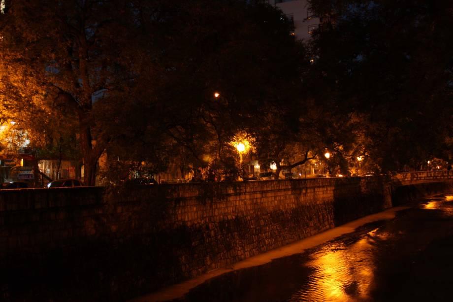 La Cañada foi construída para evitar inundações e se tornou um dos símbolos da cidade.  As ruas laterais do boêmio bairro de Güemes fervilham de jovens e turistas nos fins de semana