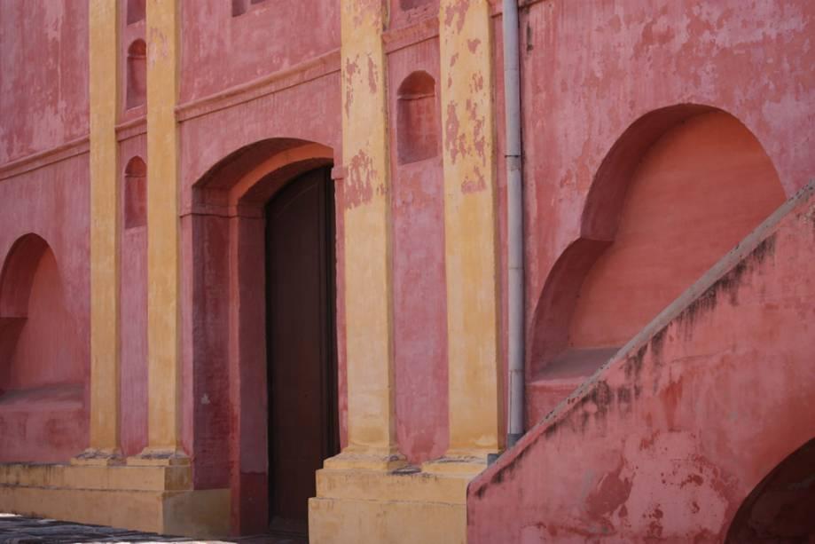 O edifício rosa do século 17 abriga o Mosteiro das Carmelitas Descalças.  No interior, o Museu de Arte Sacra Juan de Tejeda exibe imagens sacras