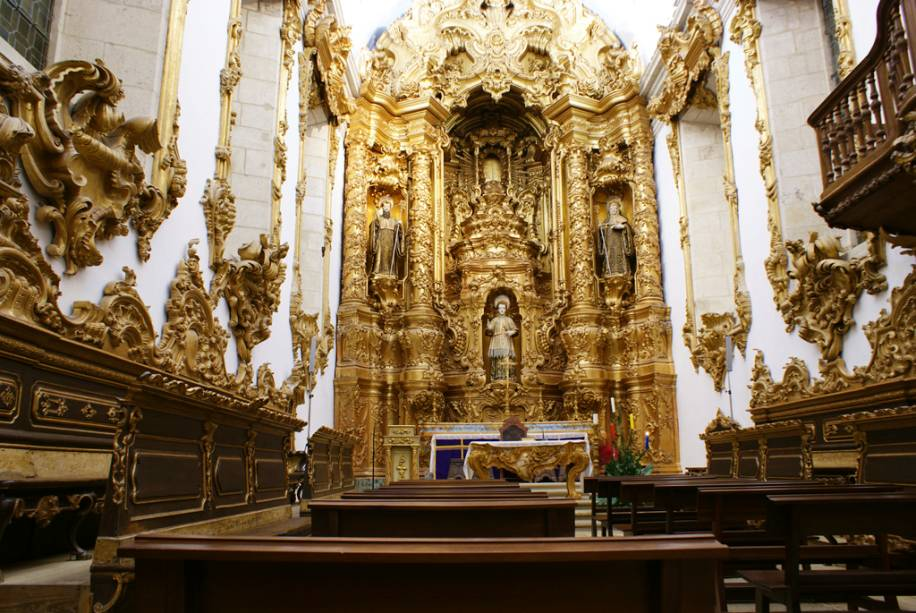 O estilo barroco é caracterizado pela decoração dourada do altar