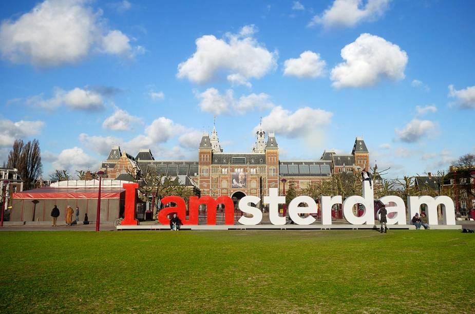 """Fachada de""""http://viajeaqui.abril.com.br/estabelecimentos/holanda-amsterda-atracao-rijksmuseum"""" rel =""""Rijksmuseum"""" Objetivo =""""_vazio""""> Rijksmuseum de Amsterdã com seu famoso trocadilho de escudo (que os turistas tanto amam)"""" class=""""lazyload"""" data-pin-nopin=""""true""""/></div> <p class="""