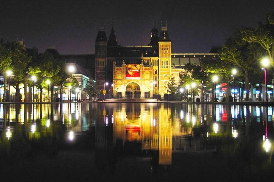 """OU""""http://viajeaqui.abril.com.br/estabelecimentos/holanda-amsterda-atracao-rijksmuseum"""" rel =""""Rijksmuseum"""" Objetivo =""""_vazio""""> Rijksmuseum à noite em Amsterdã, um dos lugares mais famosos da cidade"""" class=""""lazyload"""" data-pin-nopin=""""true""""/></div> <p class="""