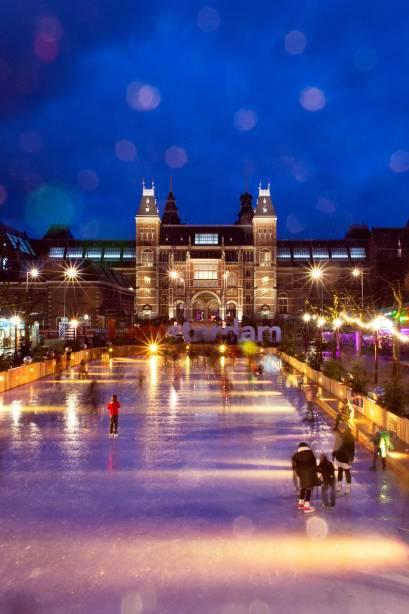 No inverno, o nível da água em frente ao Rijksmuseum se transforma em uma pista de gelo