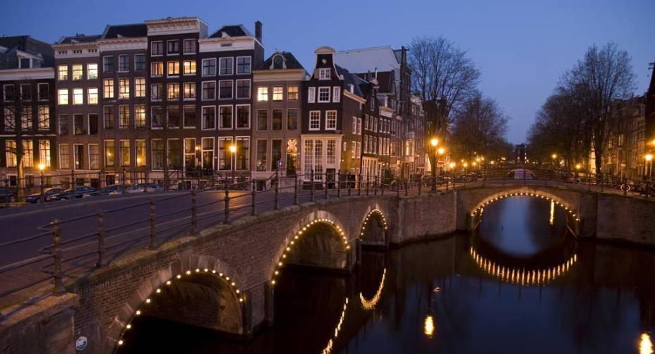 As inúmeras pontes sobre os canais dão a Amsterdã uma atmosfera romântica
