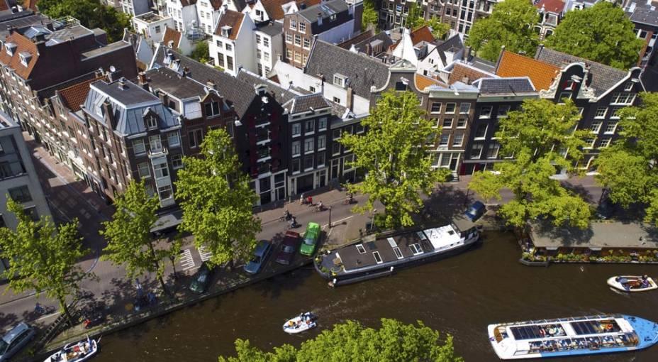 A atmosfera burguesa das casas de tijolos expostos, avenidas arborizadas e inúmeras pontes dão a Amsterdã uma atmosfera romântica e muito agradável.